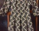 Приталенное платье с расклешенной юбкой.