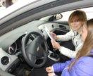 Женщина автоинструктор, инструктор по вождению.