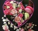 Живые цветы в подарочной упаковке со сладостями