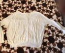 Легкий пуловер с пуговицами сзади.