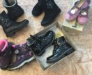 Много кожаной обуви пакетом