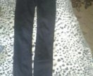 Черные джинсы.