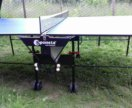 Стол для настольного тениса для игры в помещении.
