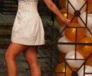 Короткое белое платье в горох на косточках