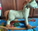 Лошадь -качалка на колесах.