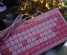 Розовые клавиатура и мышь