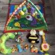 Развивающий коврик и игрушки tiny love