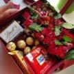 Подарочная коробка цветов конфет сладости
