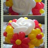 Букет из 6 ромашек и 1 розочки из воздушных шаров. Фото 2.