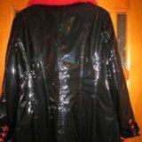 Куртка искусственная, лаковая с натуральным мехом. Фото 1.