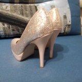 Золотистые вечерние туфли. Фото 1.