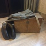 Ящик, сапоги и снасти для зимней рыбалки и эхолот. Фото 1.