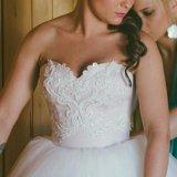 Счастливое свадебное платье со шлейфом. Фото 2. Видное.
