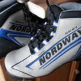 Комплект: лыжи, ботинки, палки. Фото 1.