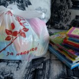 Пакет игрушек и книги. Фото 1.