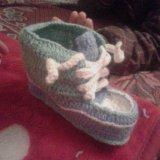 Вяжим на заказ детские пинетки, носки крючком. Фото 1.