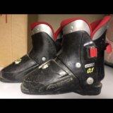 Горнолыжные ботинки и горные лыжи. Фото 1.