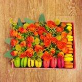Коробка с цветами и макарунами. Фото 1.