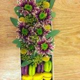 Коробка с цветами и макарунами. Фото 2.