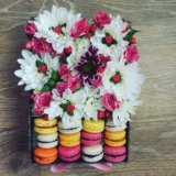 Коробка с цветами и макарунами. Фото 3.
