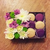 Коробка с цветами и макарунами. Фото 4.