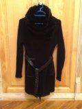 Вязанное пальто с меховым воротником. Фото 1.