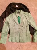 Два пиджака,блузка в подарок. Фото 2.