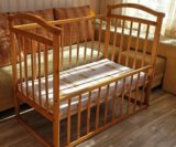Кроватка с матрасом и бортиками. Фото 1.