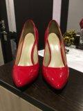 Лакированные красные туфли. Фото 2.