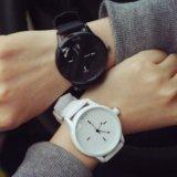 Часы черные и белые. Фото 1.