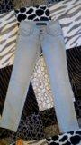 Светло серые джинсы. Фото 4.