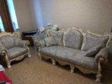 Новый комплект классической мягкой мебели. Фото 1.