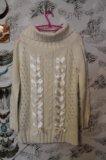 Белый свитер на плечи. Фото 1.