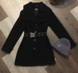 Пальто чёрное шапка серая. Фото 1.