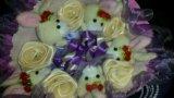 Букет из мягких зайцев и белых роз из лент. Фото 1.