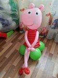 Свинка пеппа из воздушных шаров. высота 80 см. Фото 1.