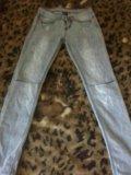 Серые джинцы с дырками на коленках. Фото 1.