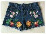 Женские джинсовые шорты с вышивкой. Фото 1.