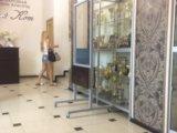 Двух стороннее зеркало с полочками на колесиках. Фото 4.