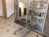 Двух стороннее зеркало с полочками на колесиках. Фото 3.