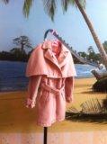 Пальто с накидкой на плечи. Фото 1.