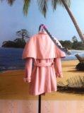 Пальто с накидкой на плечи. Фото 3.