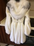 Шуба молочного цвета норковая с капюшоном из лисы. Фото 4.