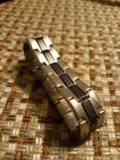 Серебристый браслет с черной вставкой. Фото 2.