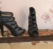 Открытые босоножки черного цвета на каблуке