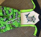 Футболка и шорты для плавания.