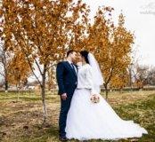 Шикарное свадебное платье со шлейфом и фатой