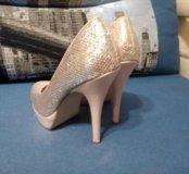 Золотистые вечерние туфли