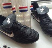 Футбольные бутсы Nike и щитки