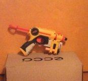 Пистолет nerf со световым прицелом и тремя пулями.
